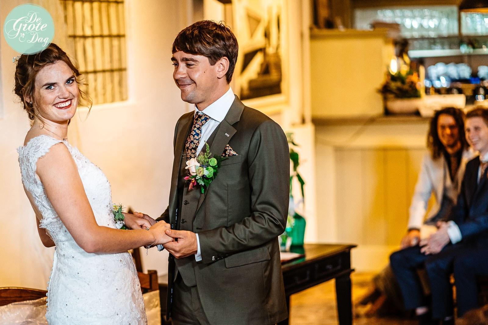 Groen trouwpak met klassieke das en trendy schoenen