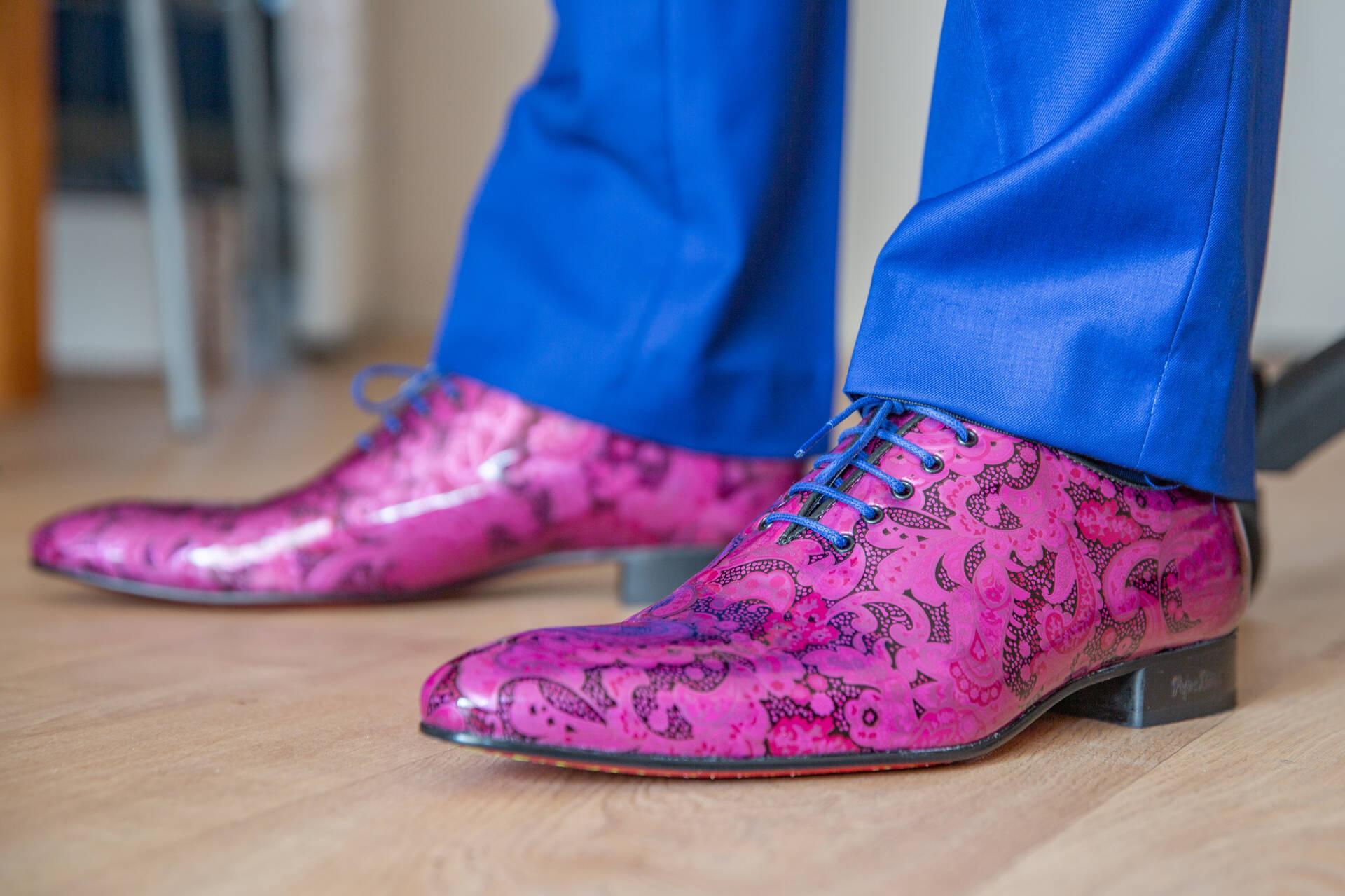 Dit blauwe trouwpak knalt eruit met schoenenmatch