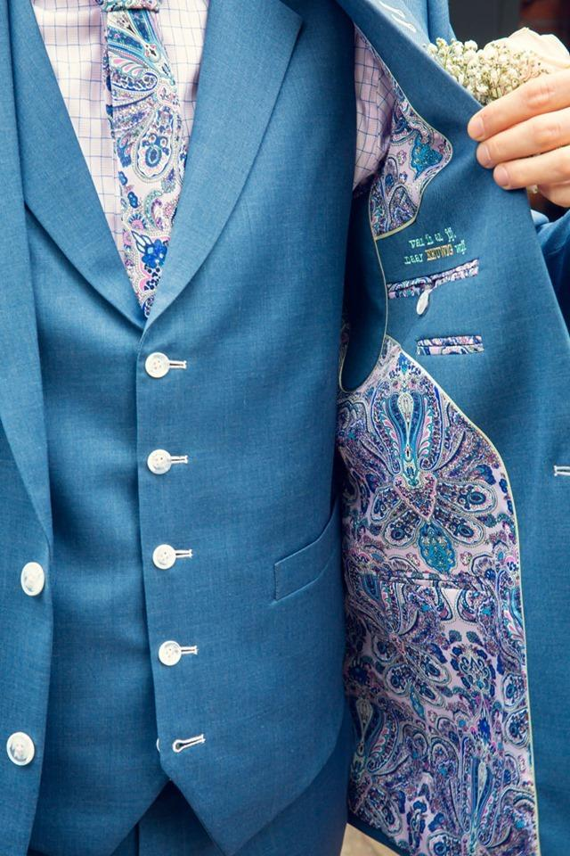 Sweet flora: lichtblauw trouwpak, roze en bloemetjes