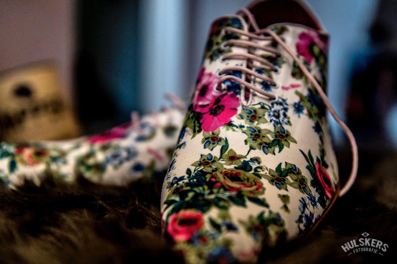 Flowerpower: bruin trouwpak, hip en gebloemd