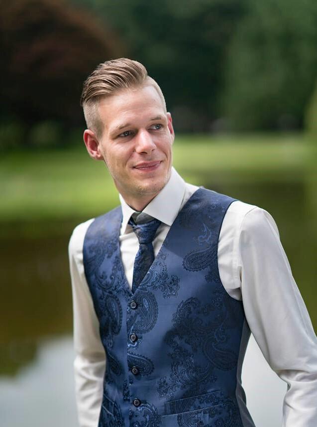 Grijs trouwpak met chic blauw gilet en das