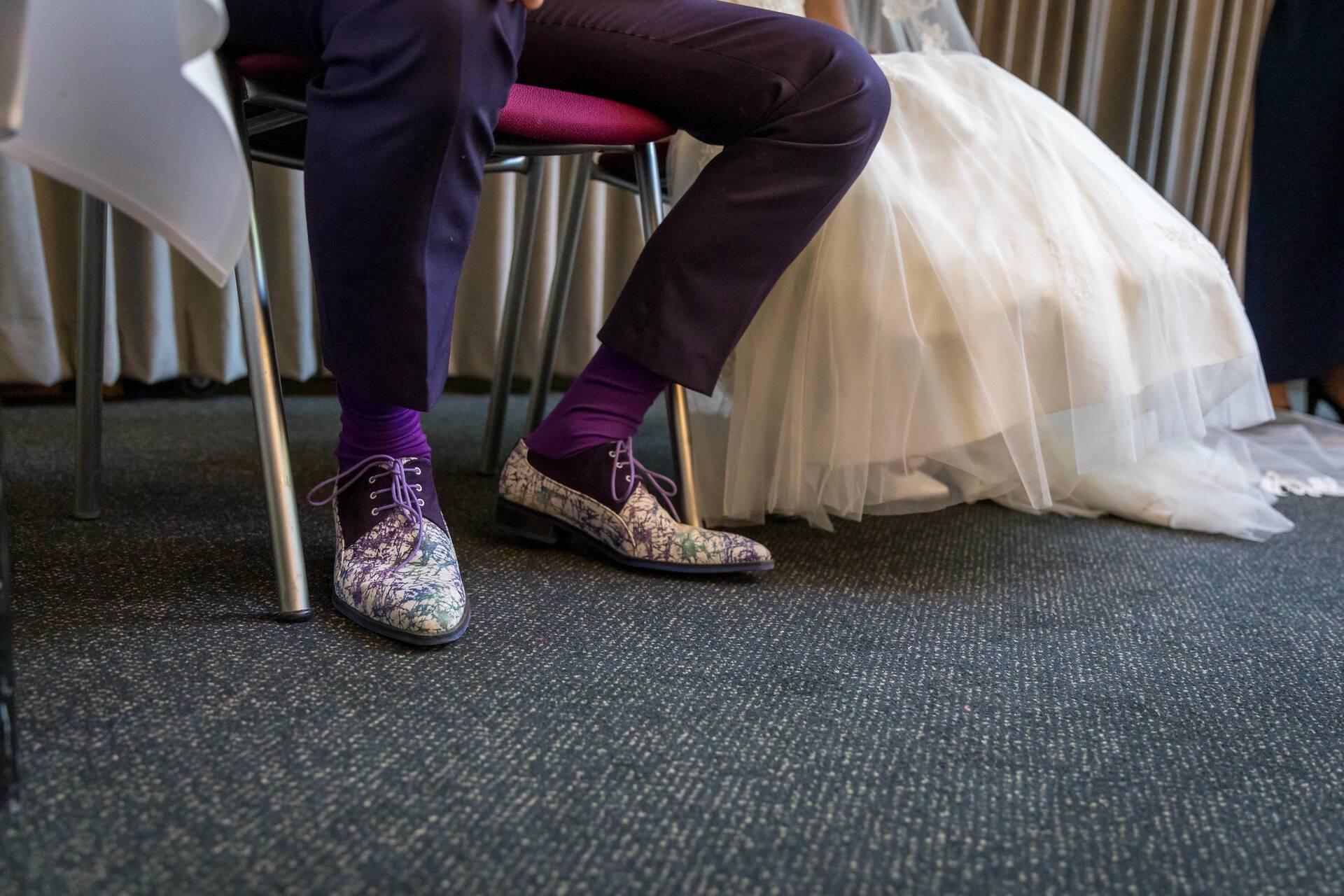 Paars trouwpak met geruite gilet en witte knopen