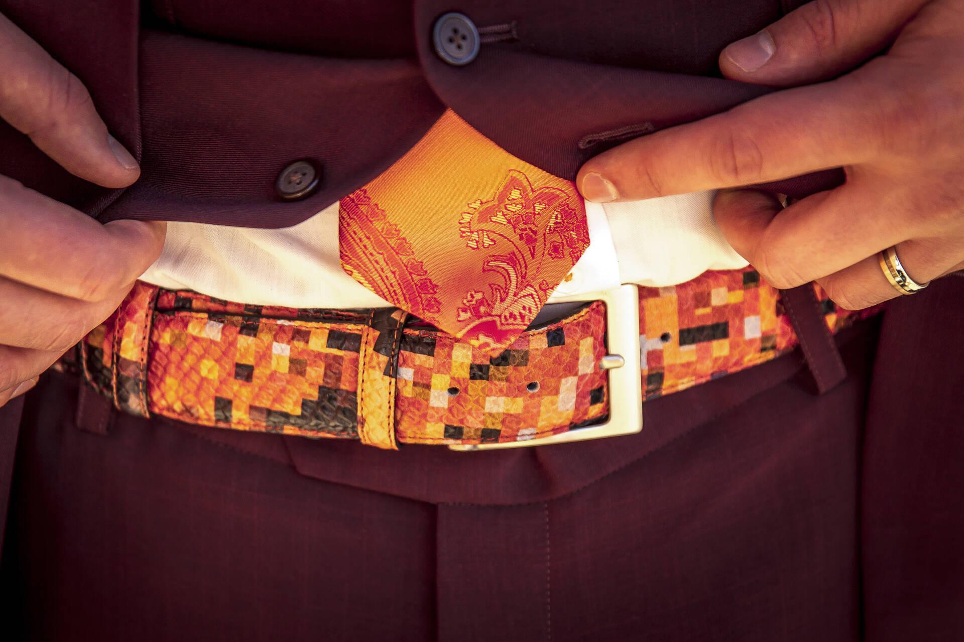 Burgundy trouwpak, oranje en kleurrijke knoopsgaten