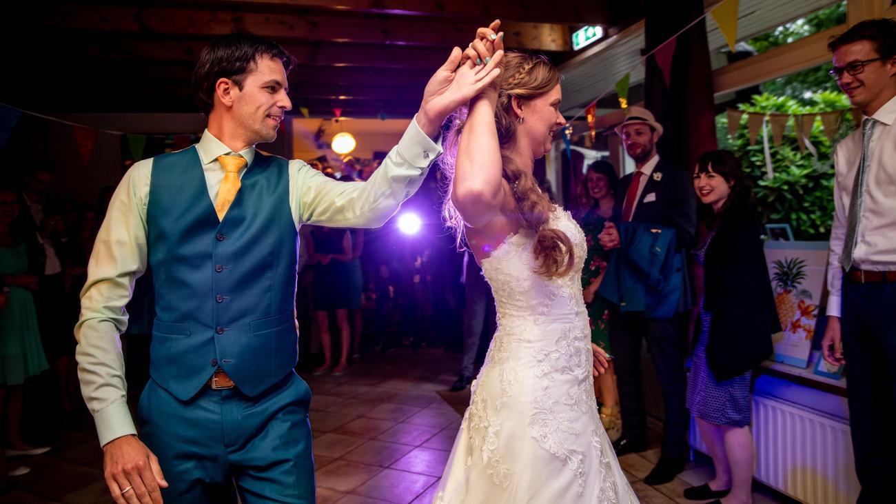 Aquablauw, mintgroen, zongeel: trouwpak, Ibiza style