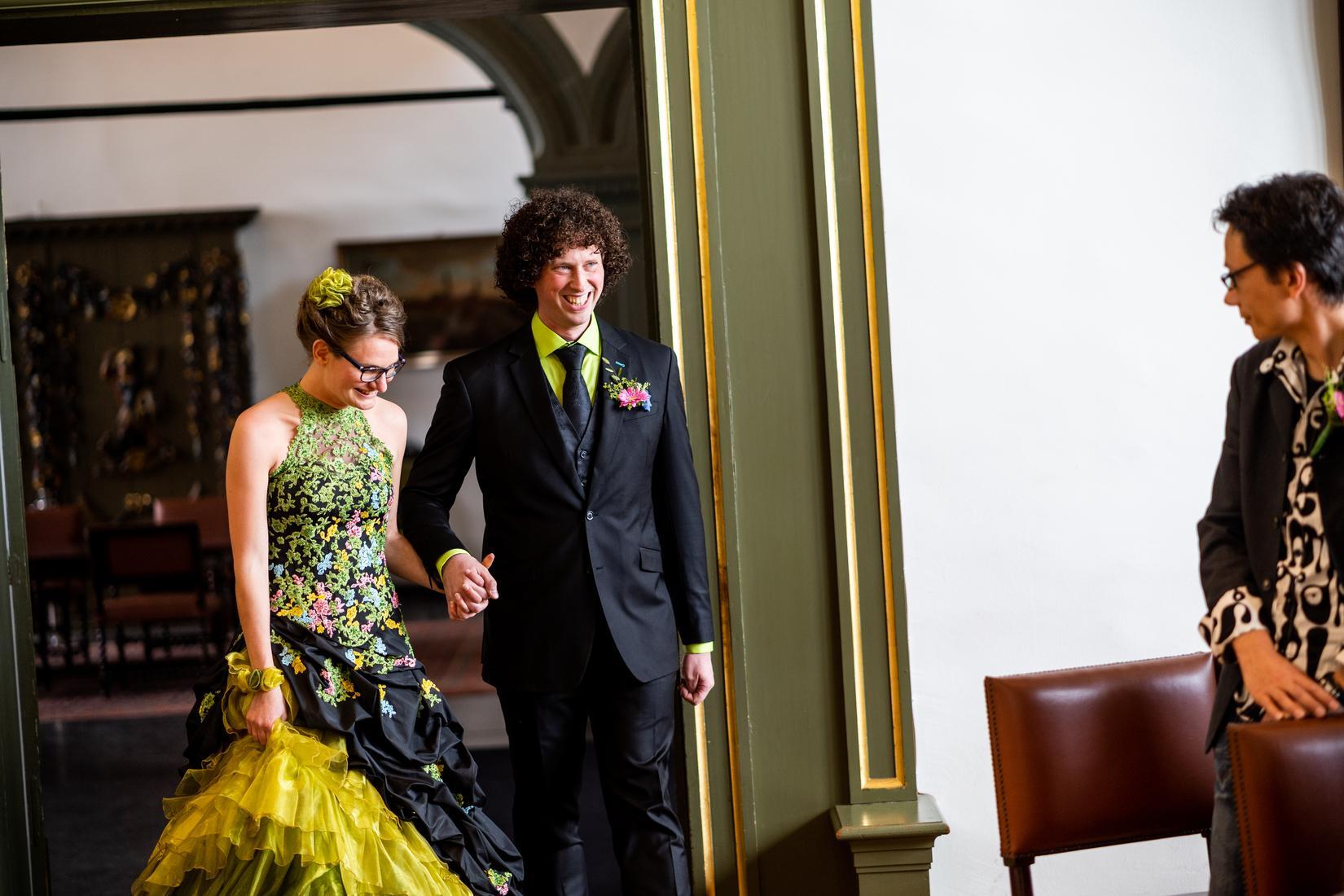 In stijlvol zwart trouwpak: feestelijk én kleurrijk