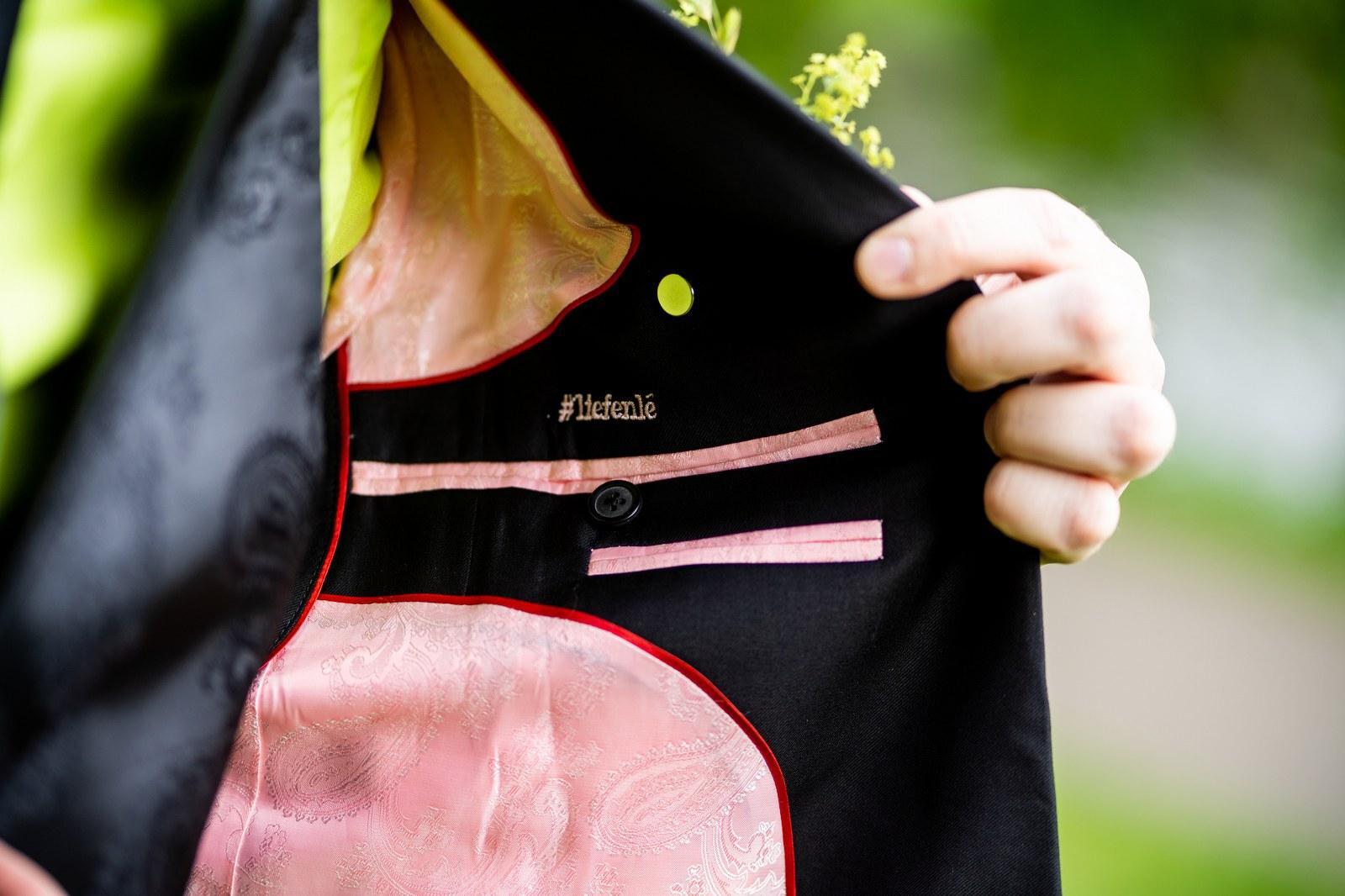 Zwart trouwpak, limegroen overhemd en bloemenschoenen