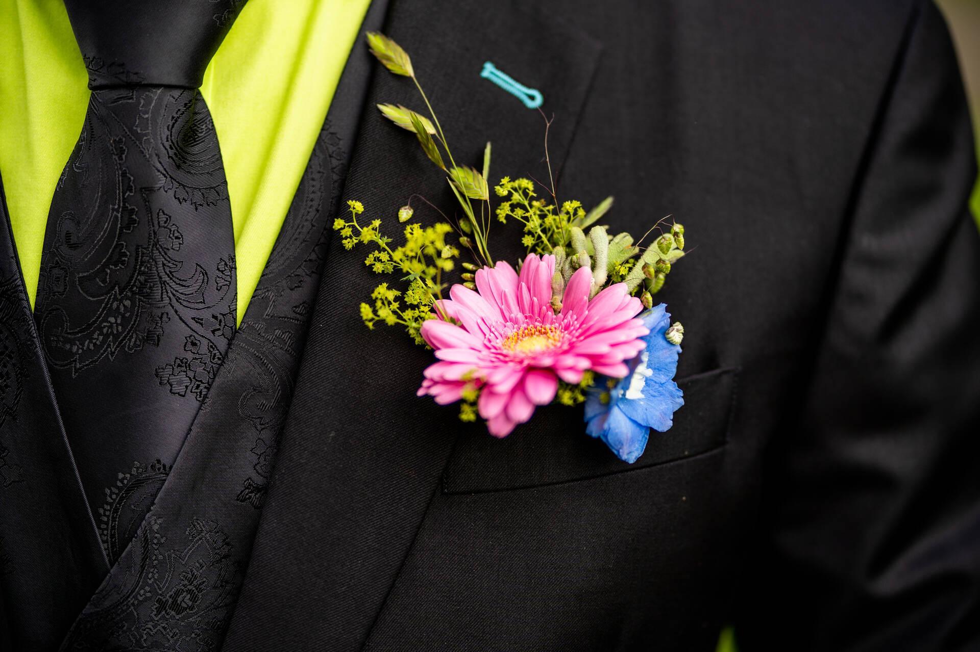 Kleurrijk zwart trouwpak met bloemenschoenen
