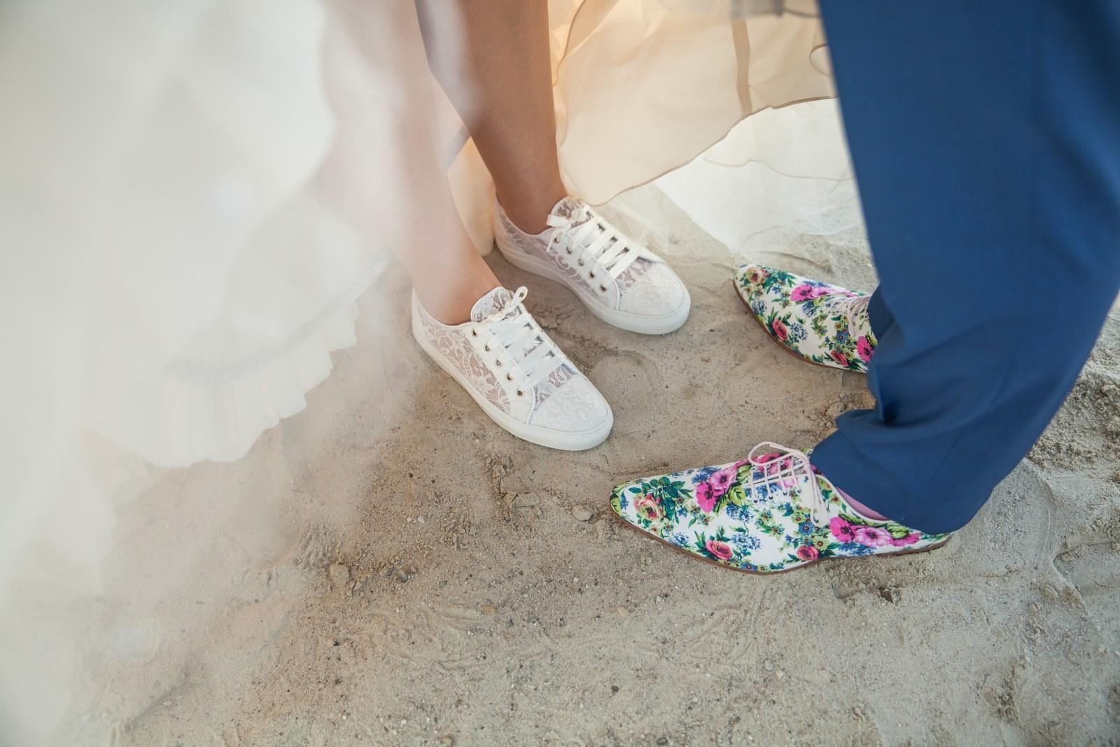 Zeg het met bloemen in je trouwpak en in je schoenen