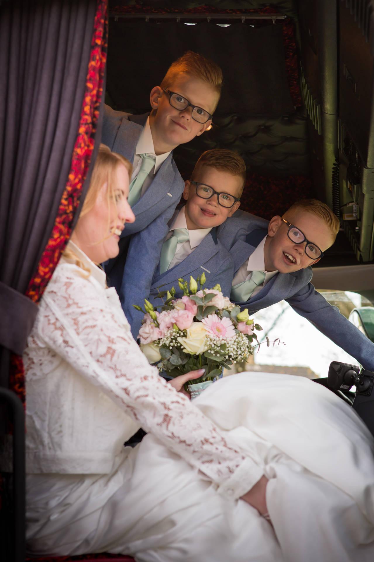 Dezelfde das: papa in trouwpak en 3 stoere boys