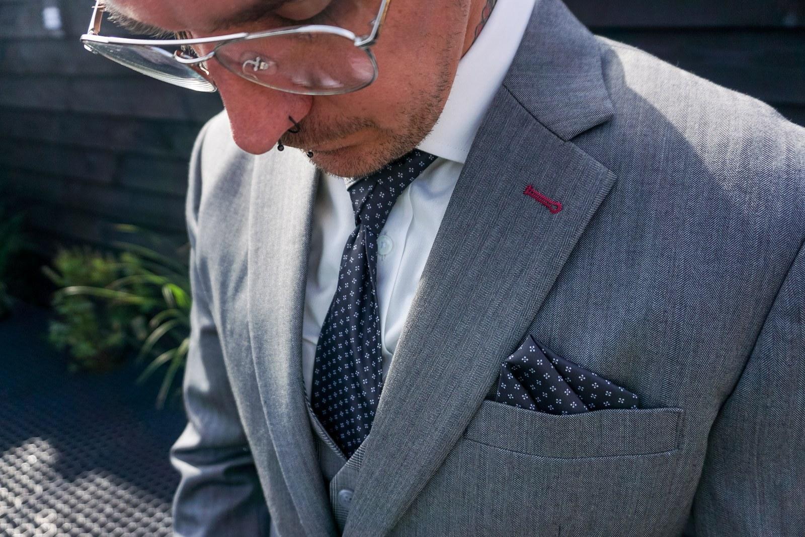 Stoer catchy grijs trouwpak uniek in een eigen stijl