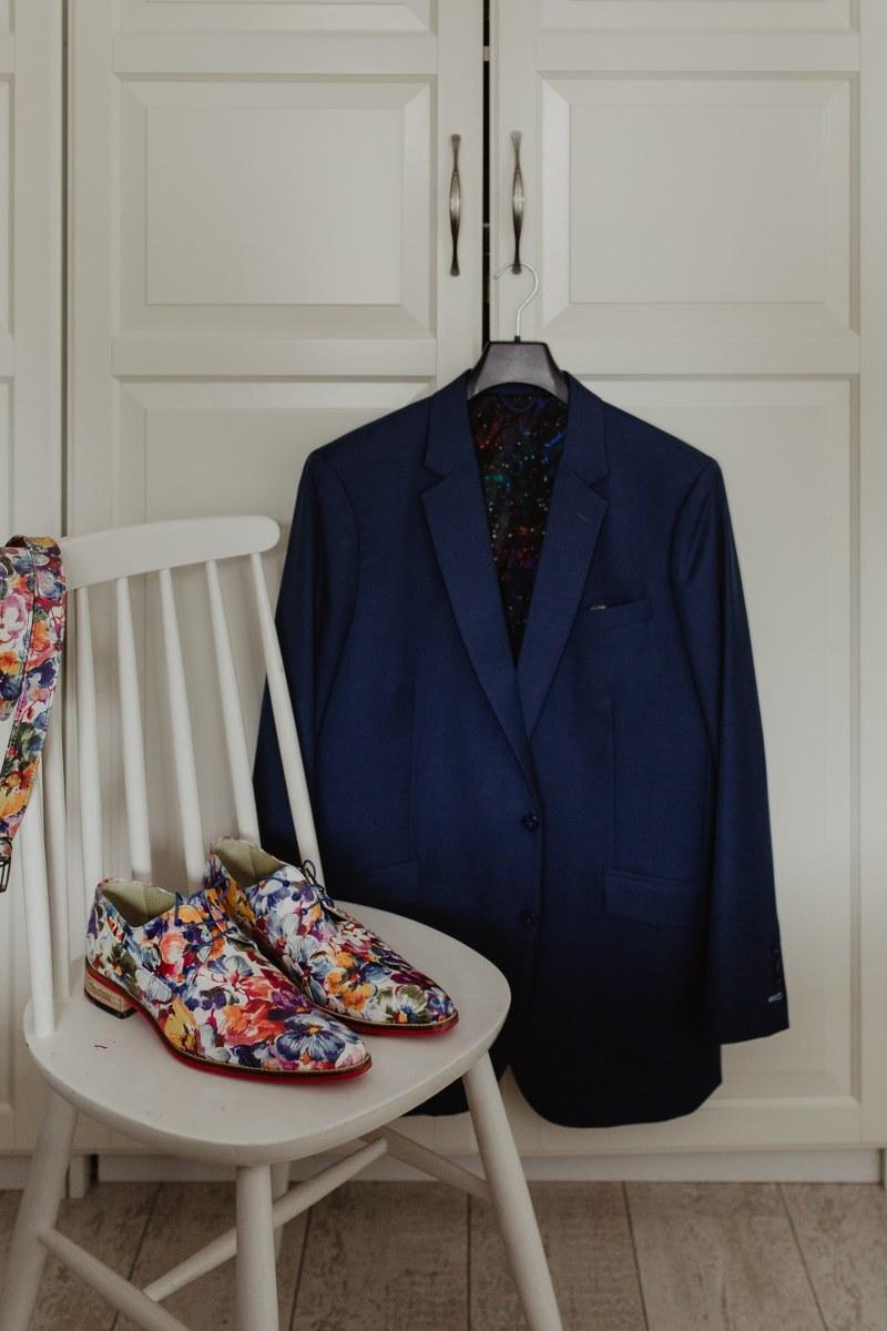 Doe iets moois met je blauwe trouwpak en schoenen