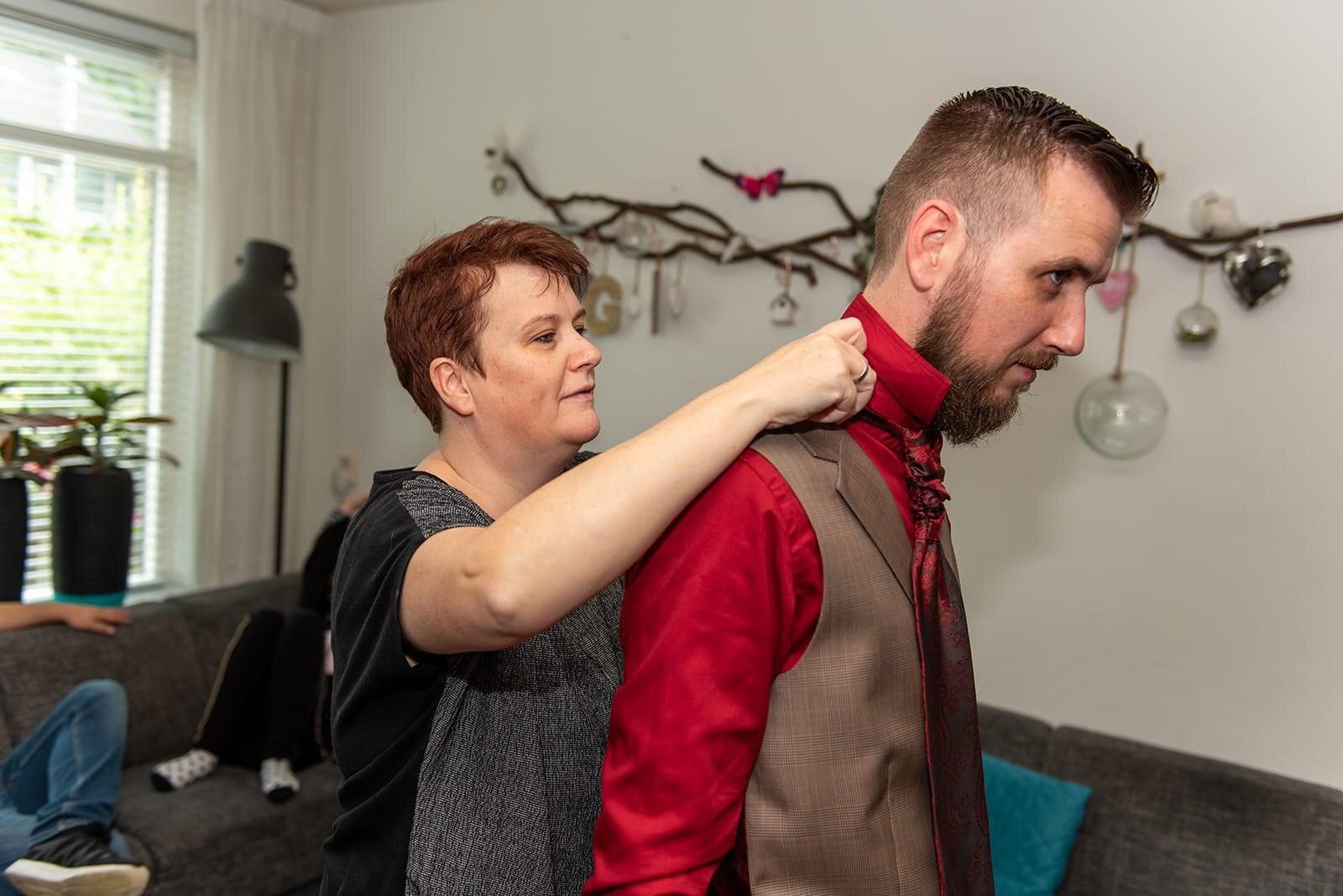 Bruin geruit trouwpak met rood overhemd en plastron