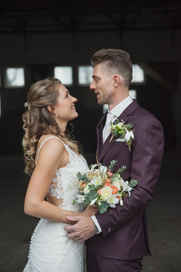 Aubergine trouwpak, even opvallend als ingetogen
