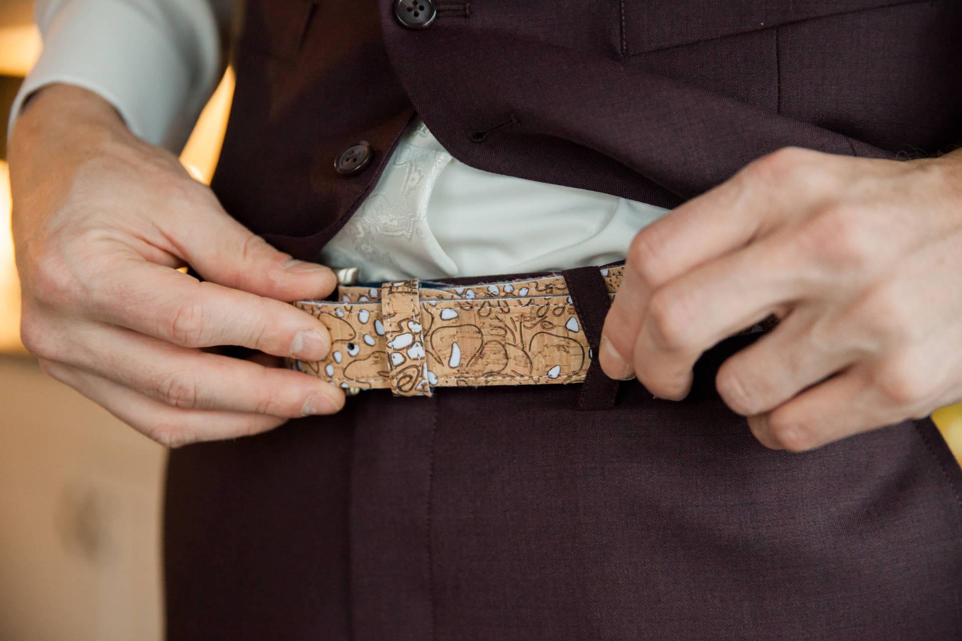 Durf anders: aubergine trouwpak met kurkschoenen