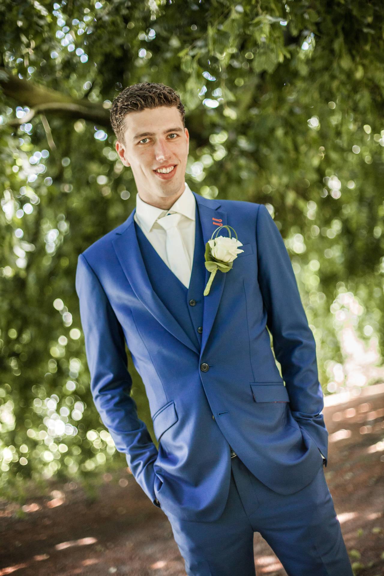 Met oranje in je blauwe trouwpak de koning te rijk