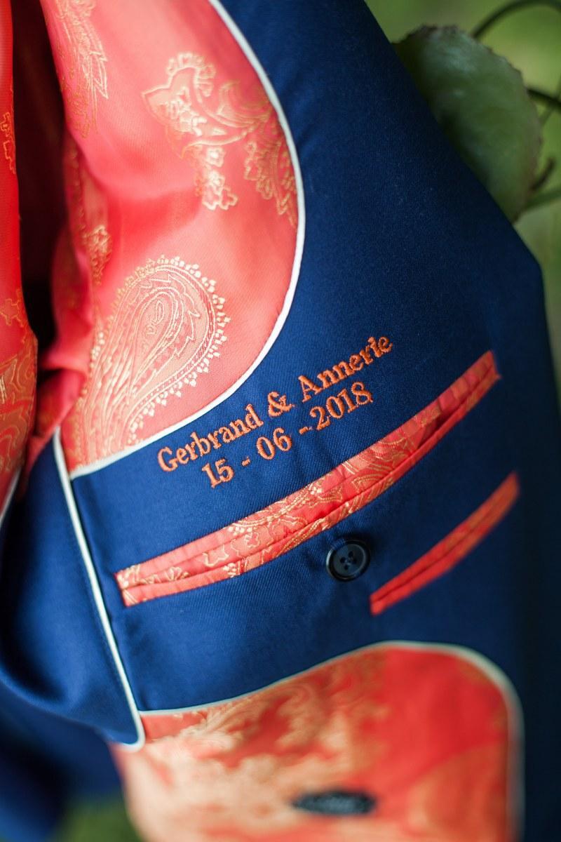 Blauw trouwpak, oranje boven en bijzondere schoenen