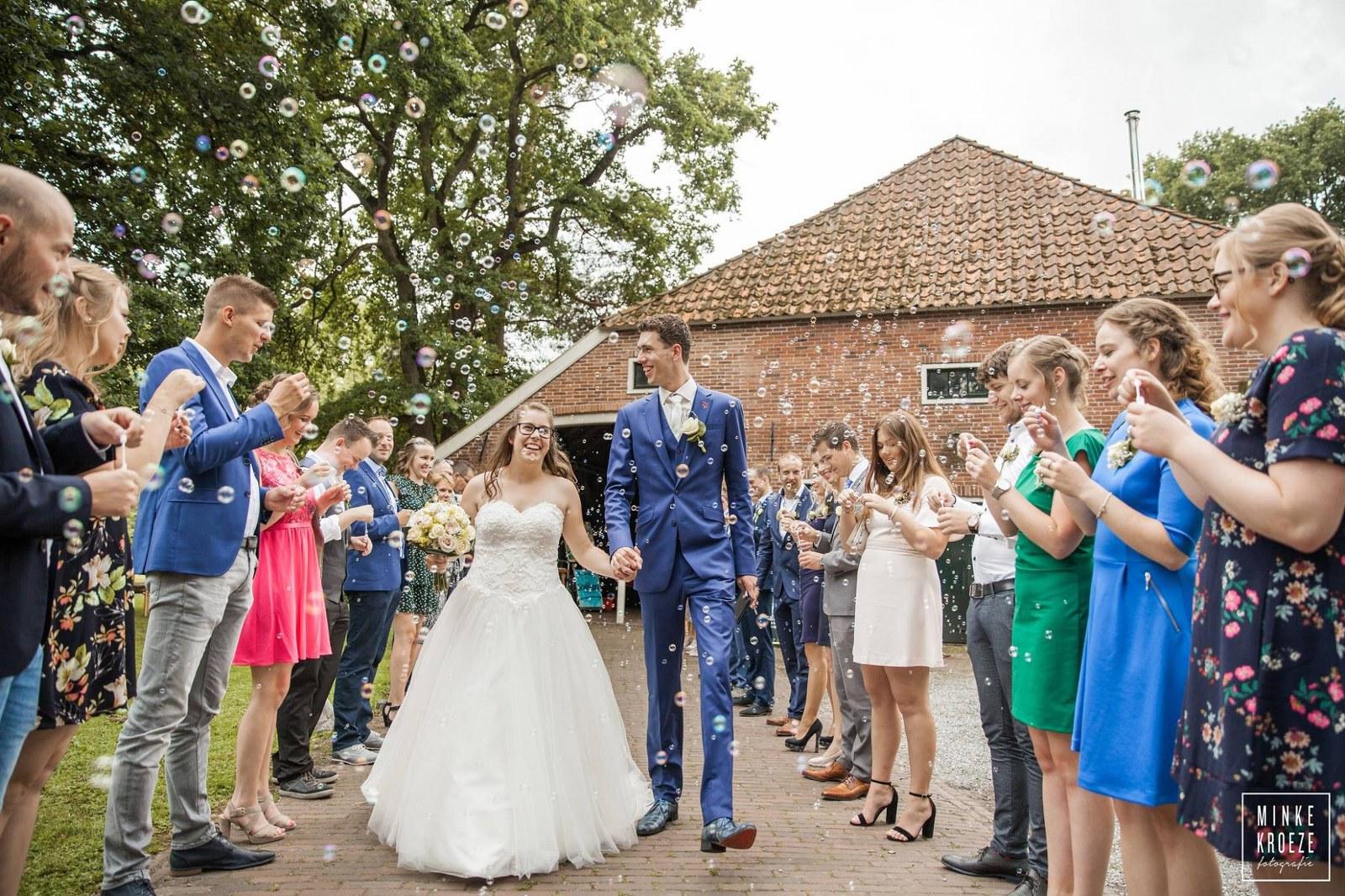Oranje boven! Blauw trouwpak met bijzondere schoenen