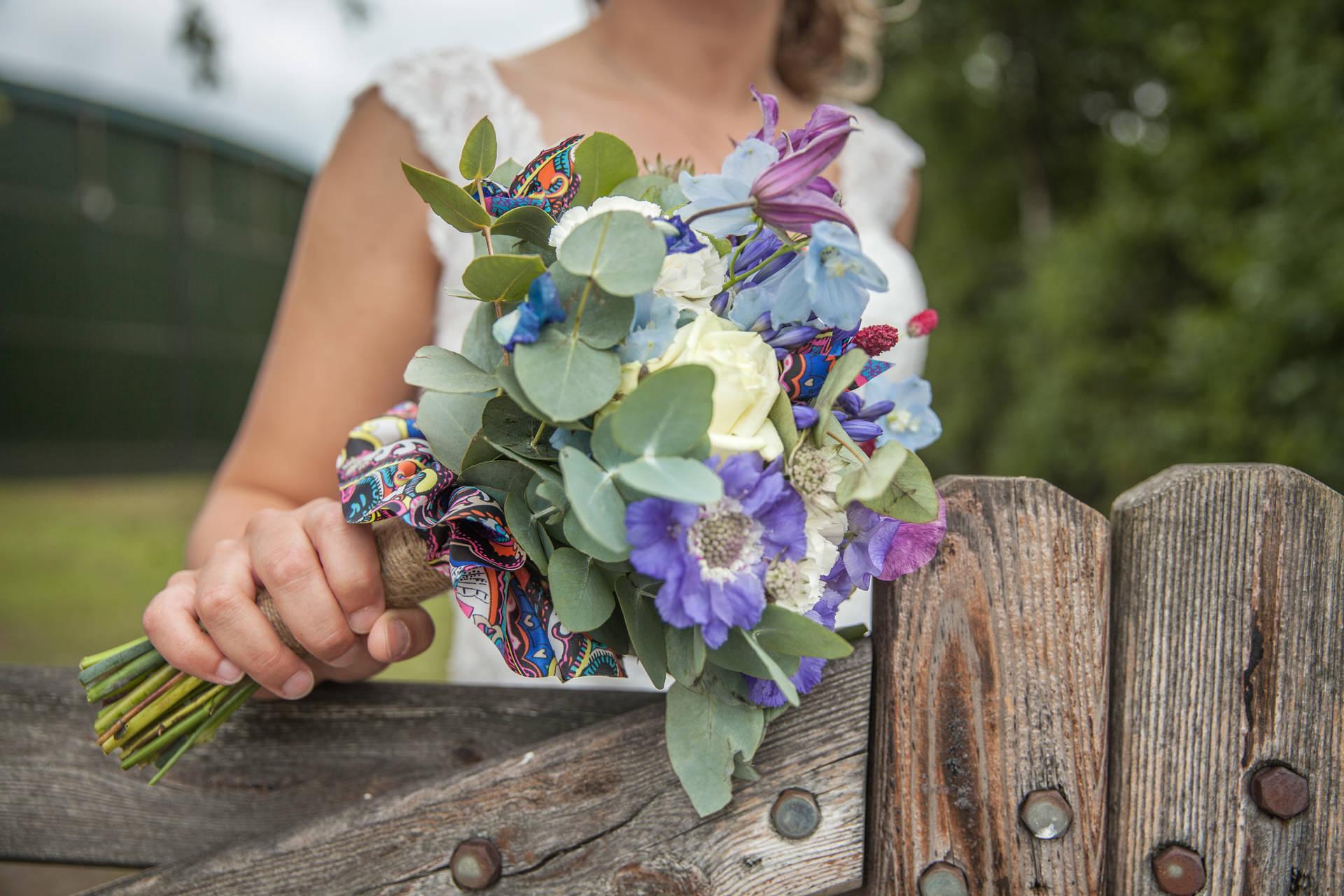 Grijs trouwpak vol kleuren met bijzondere schoenen