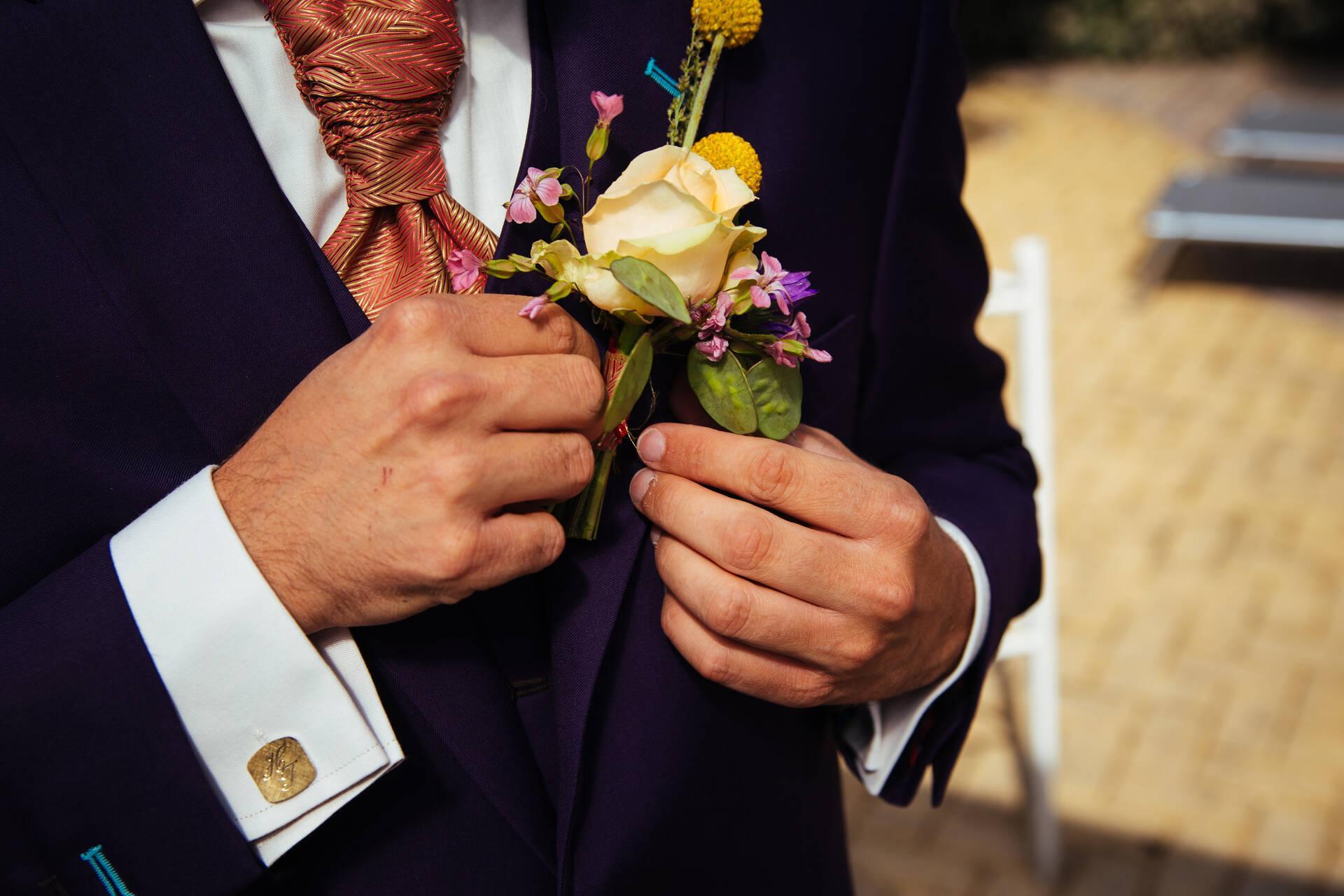 Paars trouwpak met plastron en bijzondere schoenen