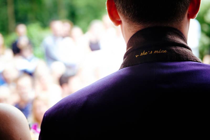 Verras met een prachtig stijlvol paars trouwpak