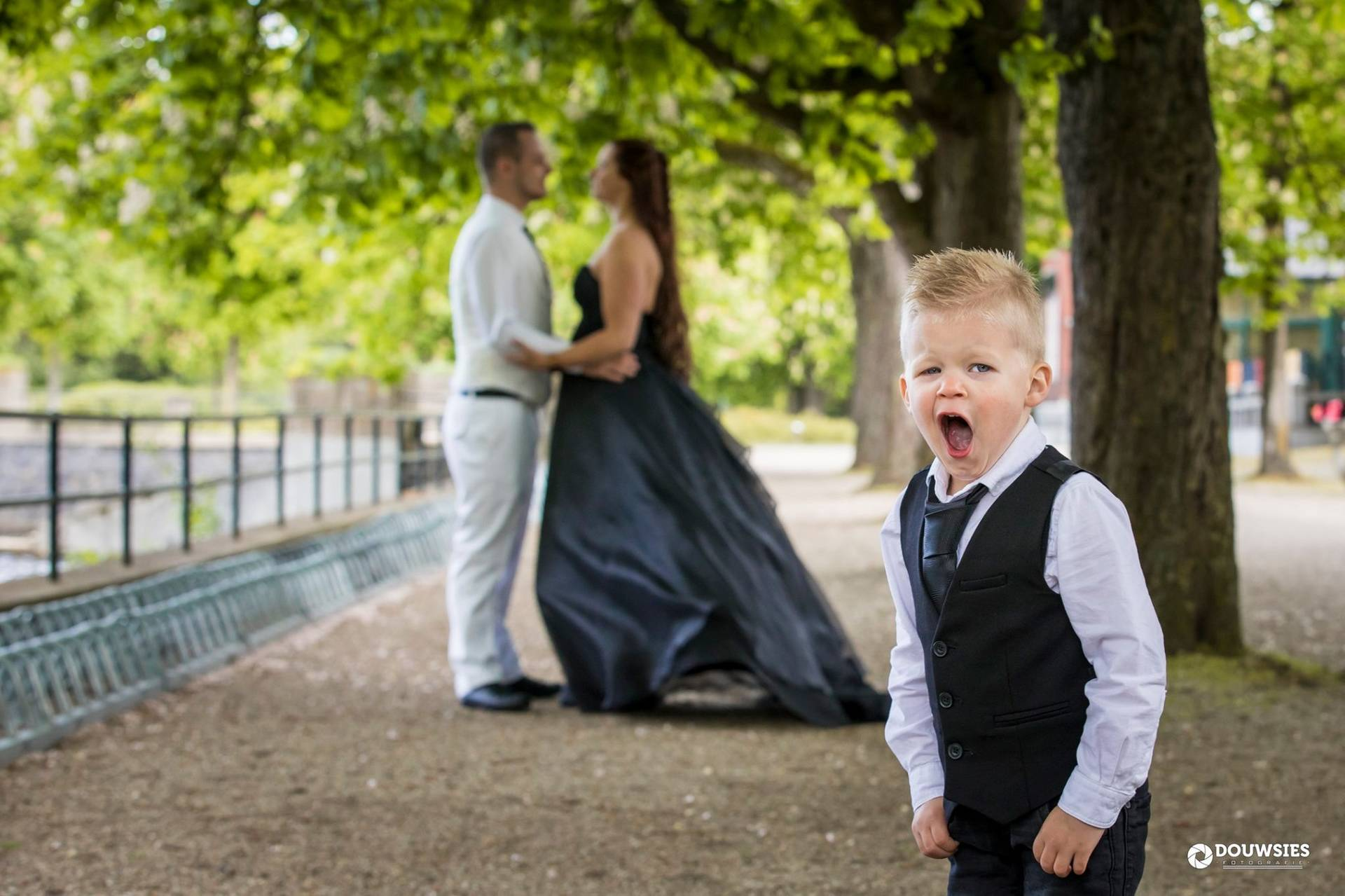 Doe andersom: wit trouwpak voor de bruidegom