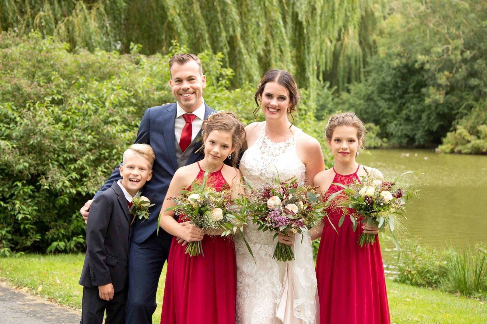 Blauw trouwpak met grijze gilet en rode accenten