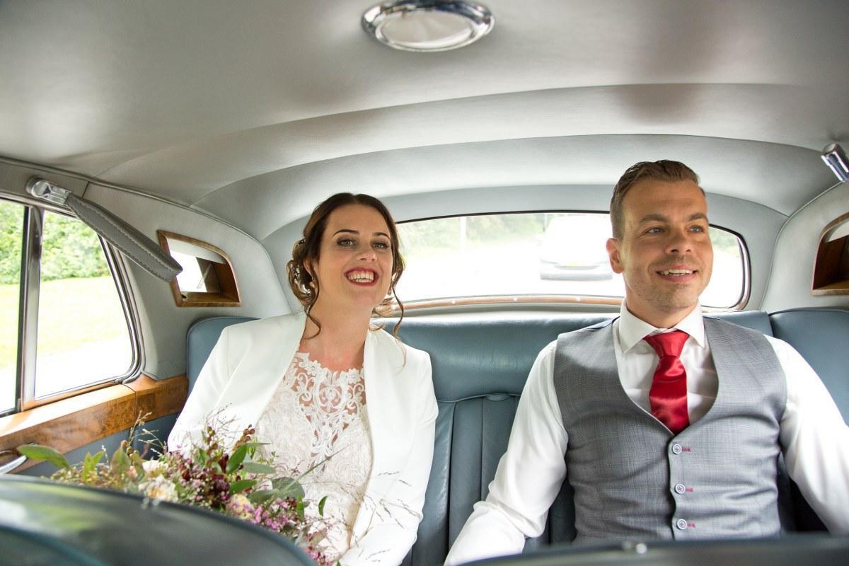 Donkerblauw trouwpak met grijze vest en rode details