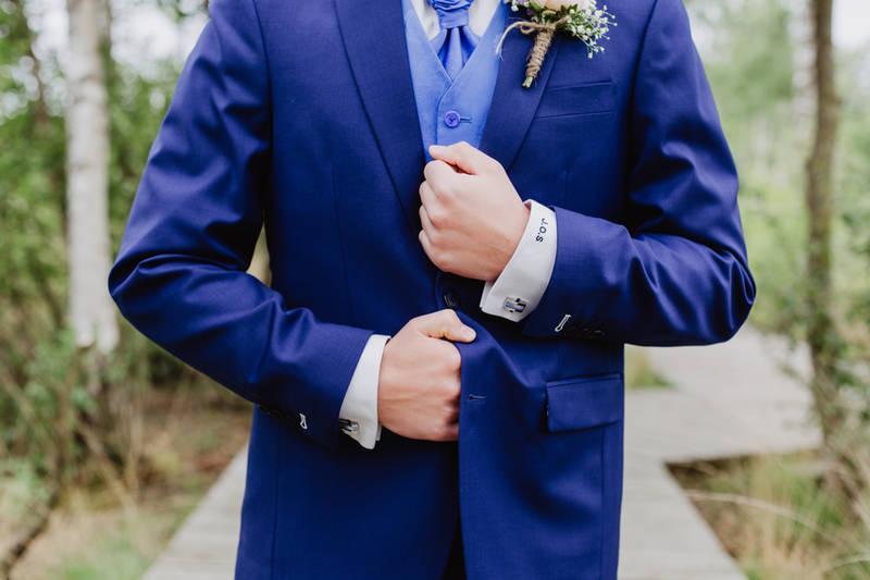 Stijlvol blauw trouwpak met té gekke schoenen