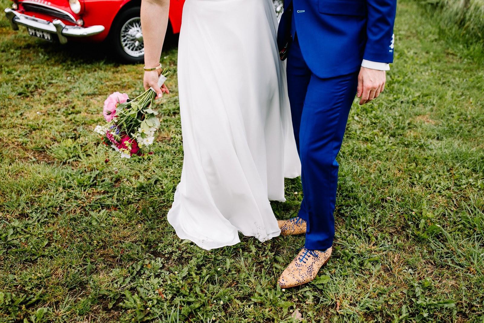 Feestelijk blauw trouwpak met das en vlinderstrik