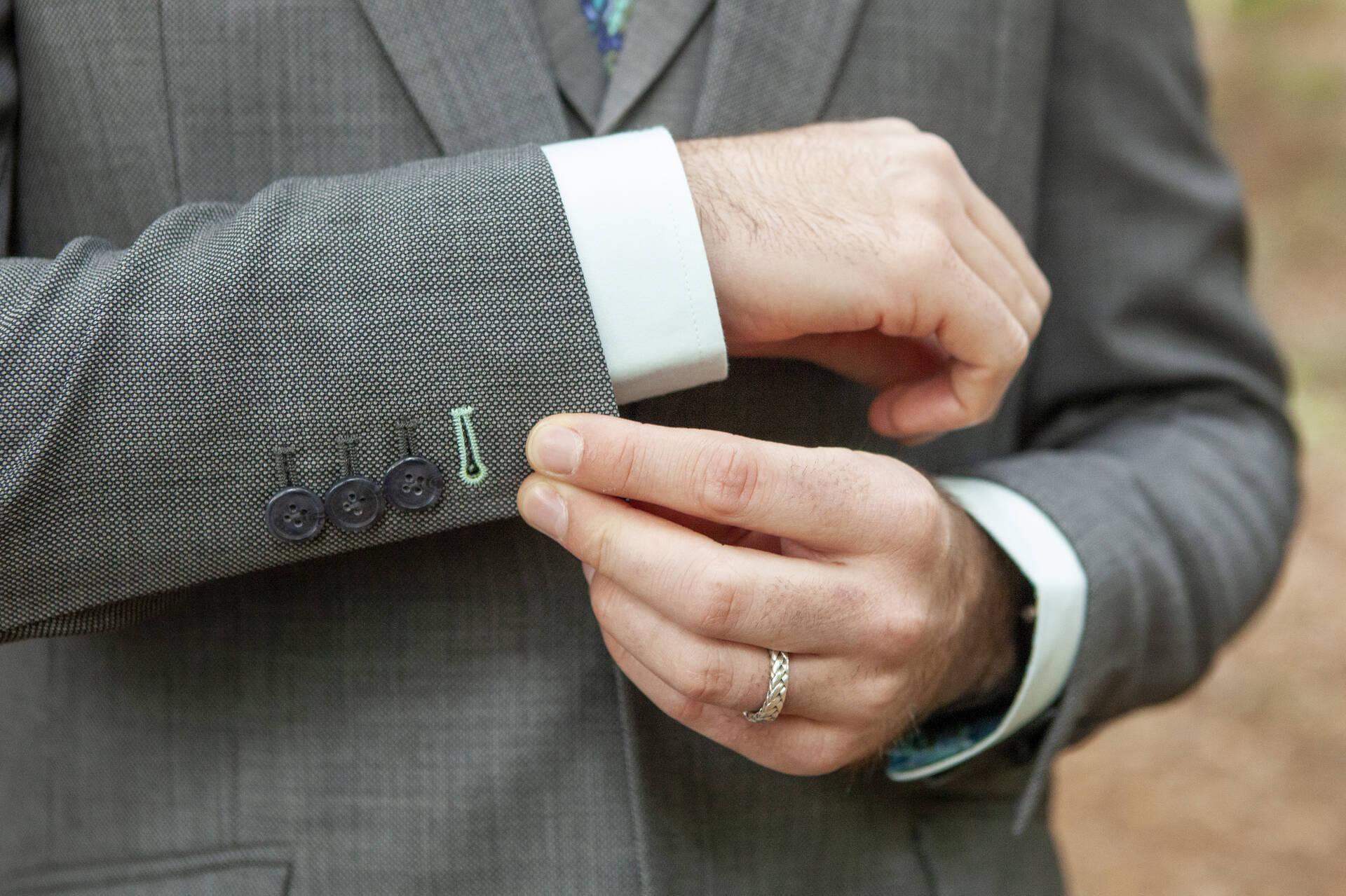 In dit grijze trouwpak alles behalve een grijze muis