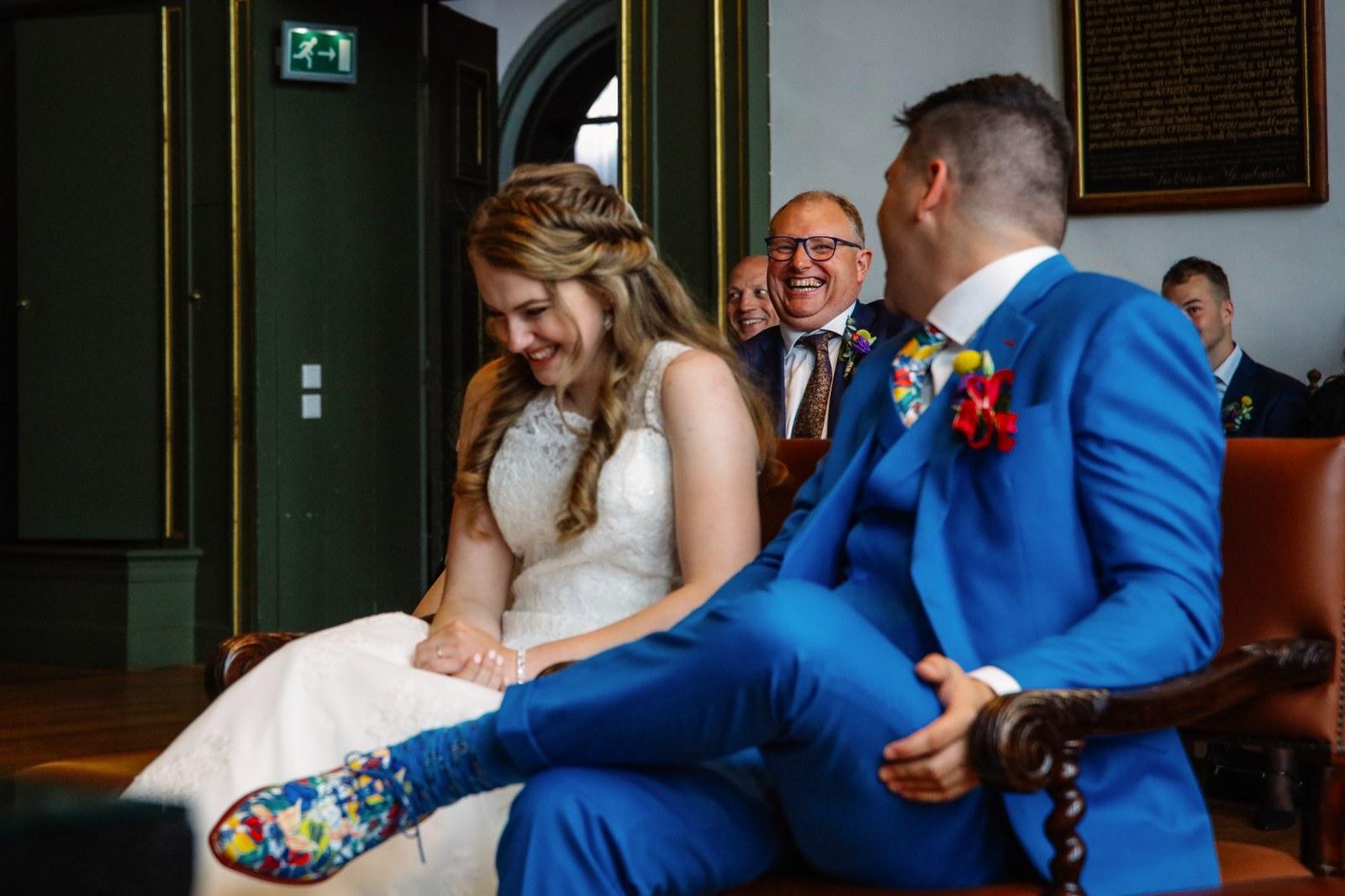 De bloemenprint van de schoenen ook in je trouwpak