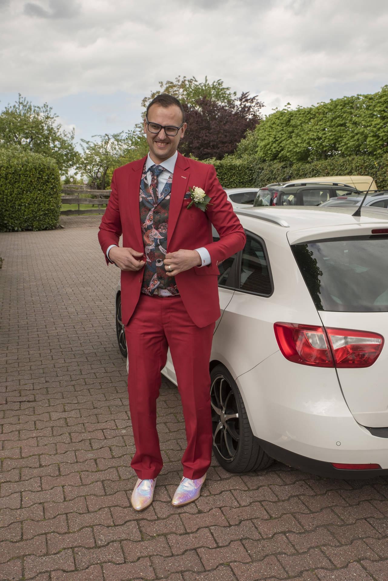 Dare to wear: rood trouwpak + funky fancy schoenen