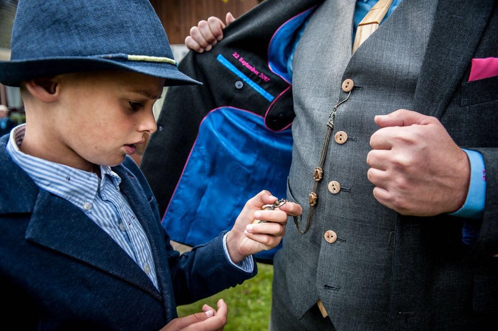 2-kleurig grijs trouwpak met houten knopen en houten das