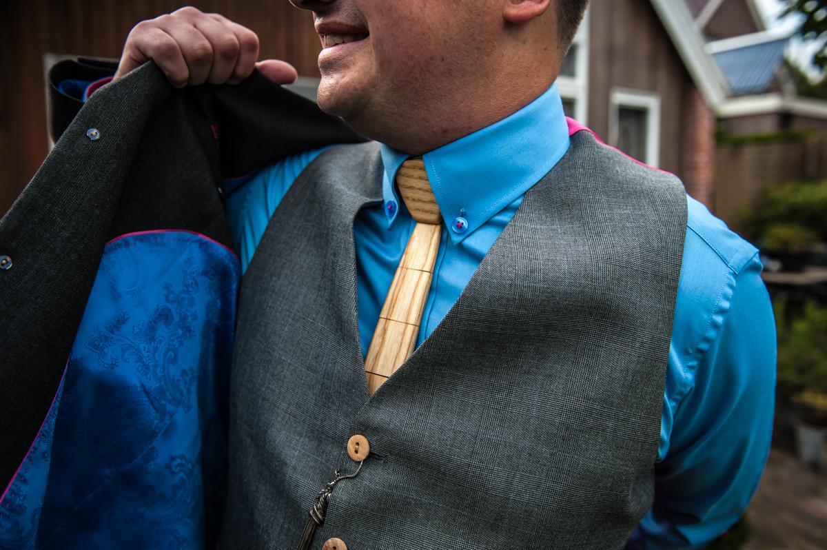 Grijs trouwpak met houten knopen en houten das