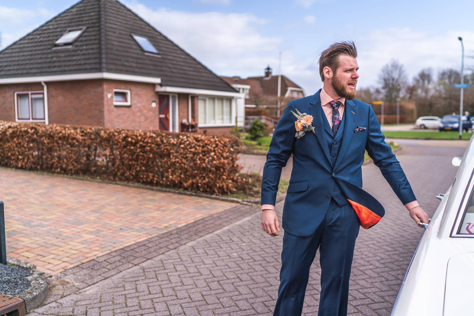 Oranje in je trouwpak, bloemen en matching schoenen