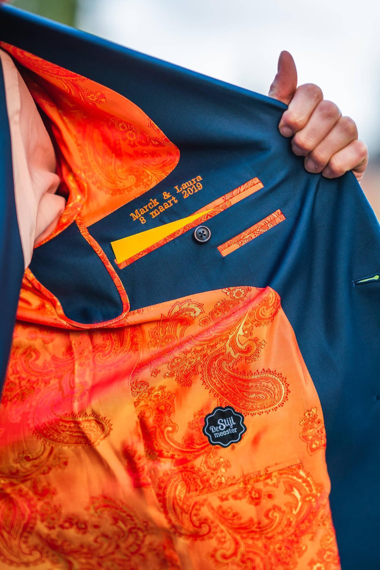 Oranje in je trouwpak, bloemendas en schoenenmatch