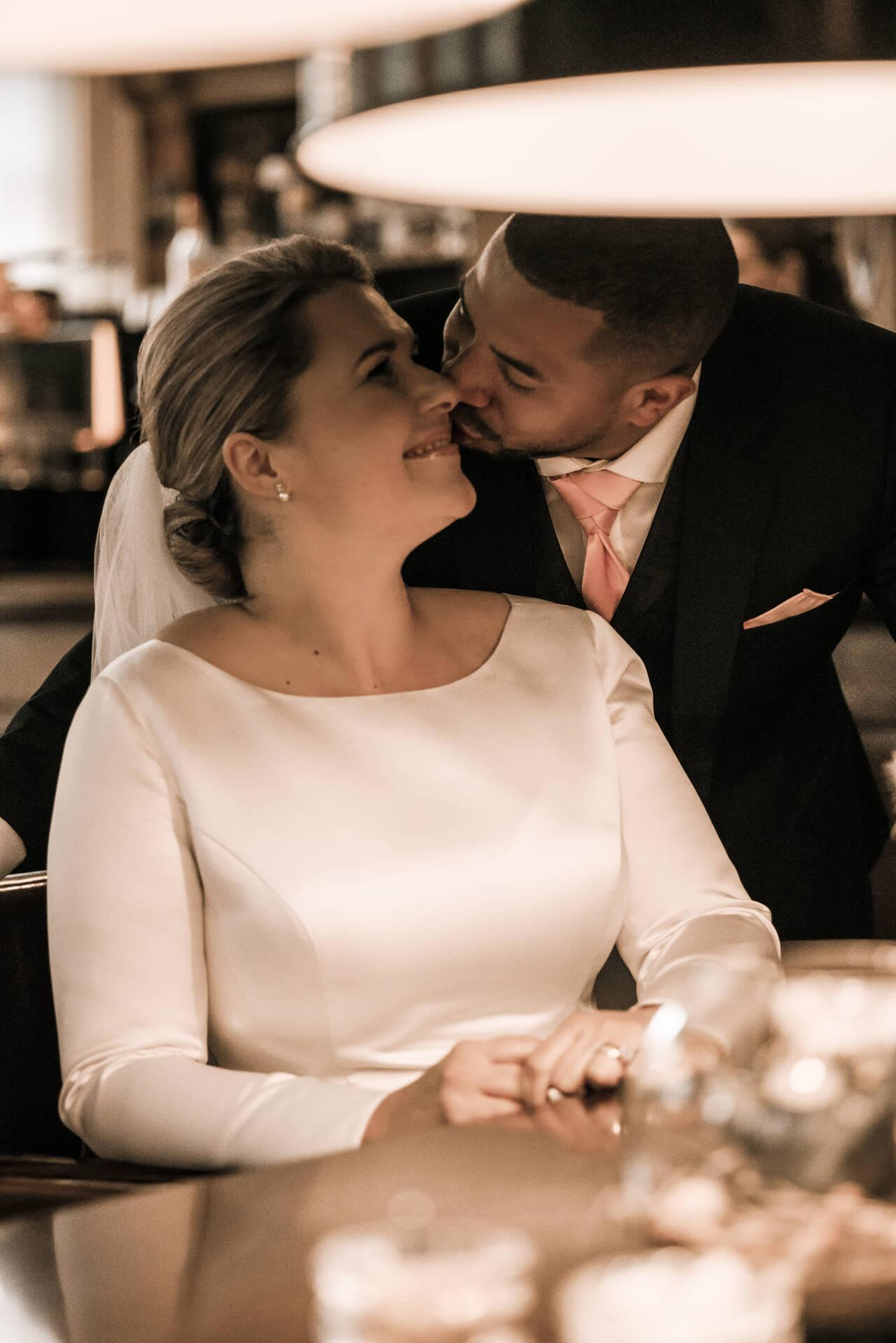 Gentleman's style: donkerblauw trouwpak met roze