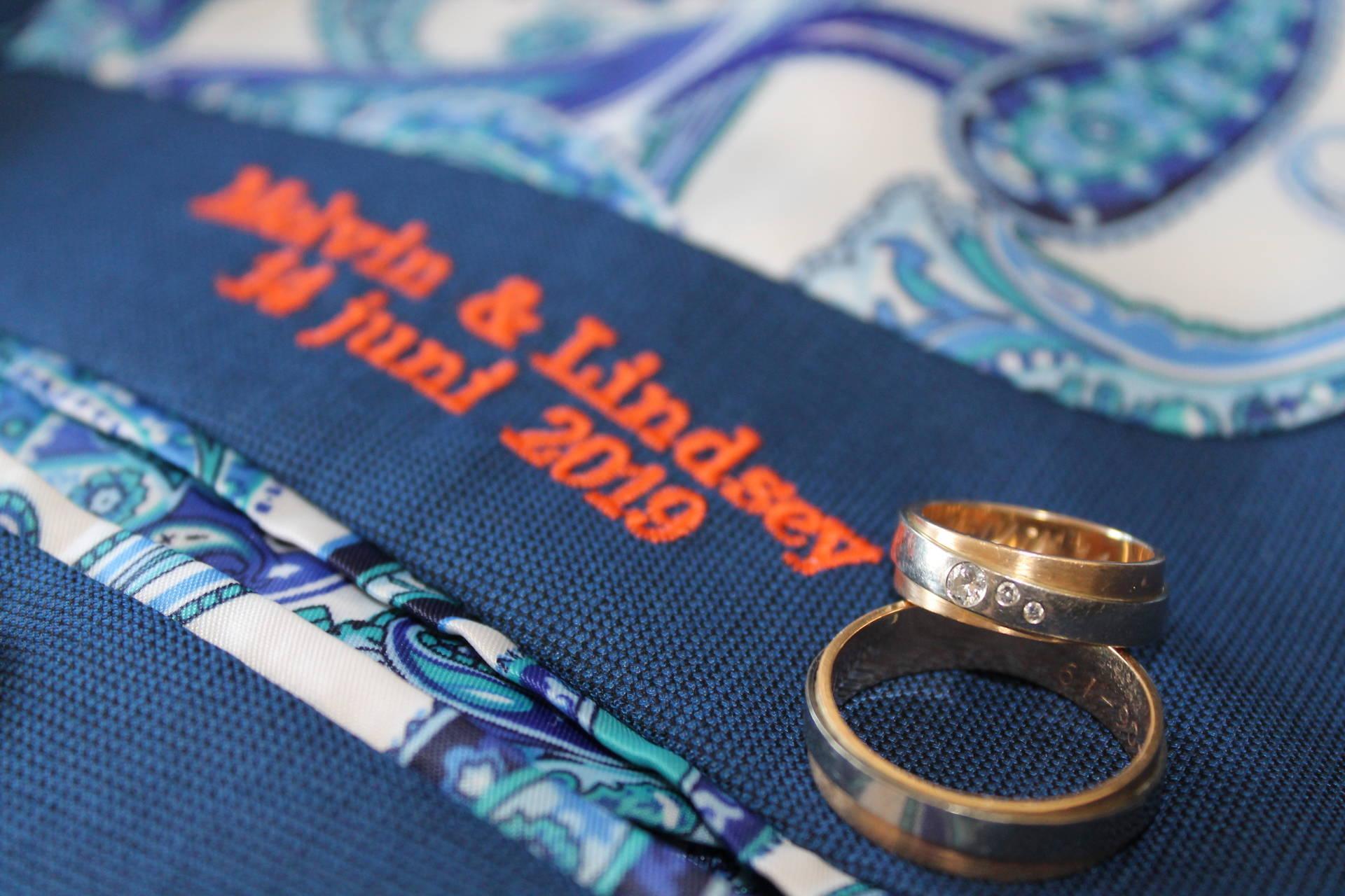 Go Dutch: blauw trouwpak op zijn Nederlands