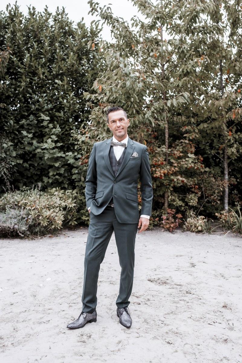 Hip gestrikt, auto's en strak in groen trouwpak
