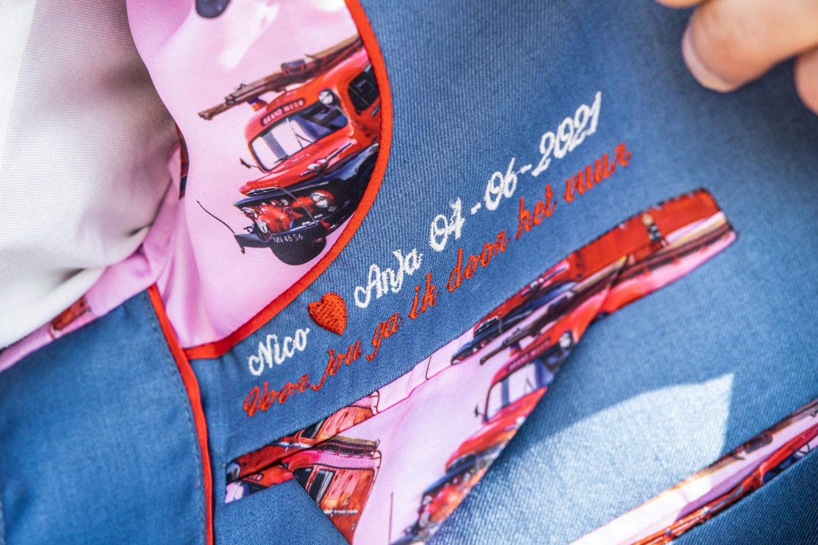 Lichtblauw trouwpak vol rode brandweerauto's