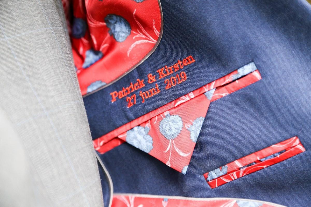 Samengesteld blauw/grijs trouwpak, gestrikt en wel