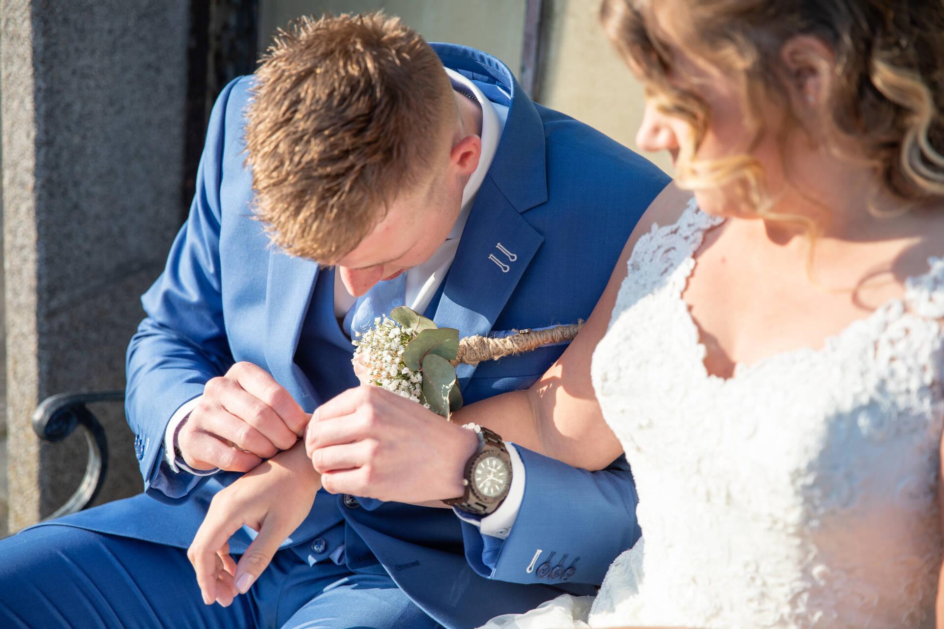 Blauw trouwpak, cognac schoenen en borduursels