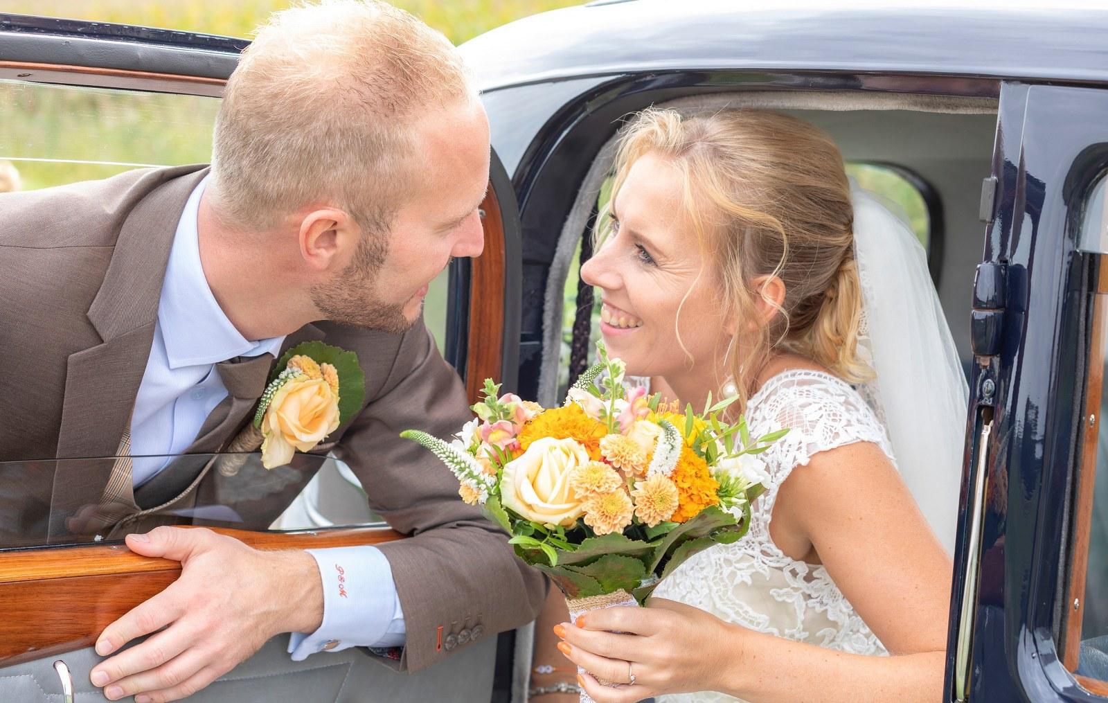Eigentijds bruin trouwpak met kleurrijk oranje