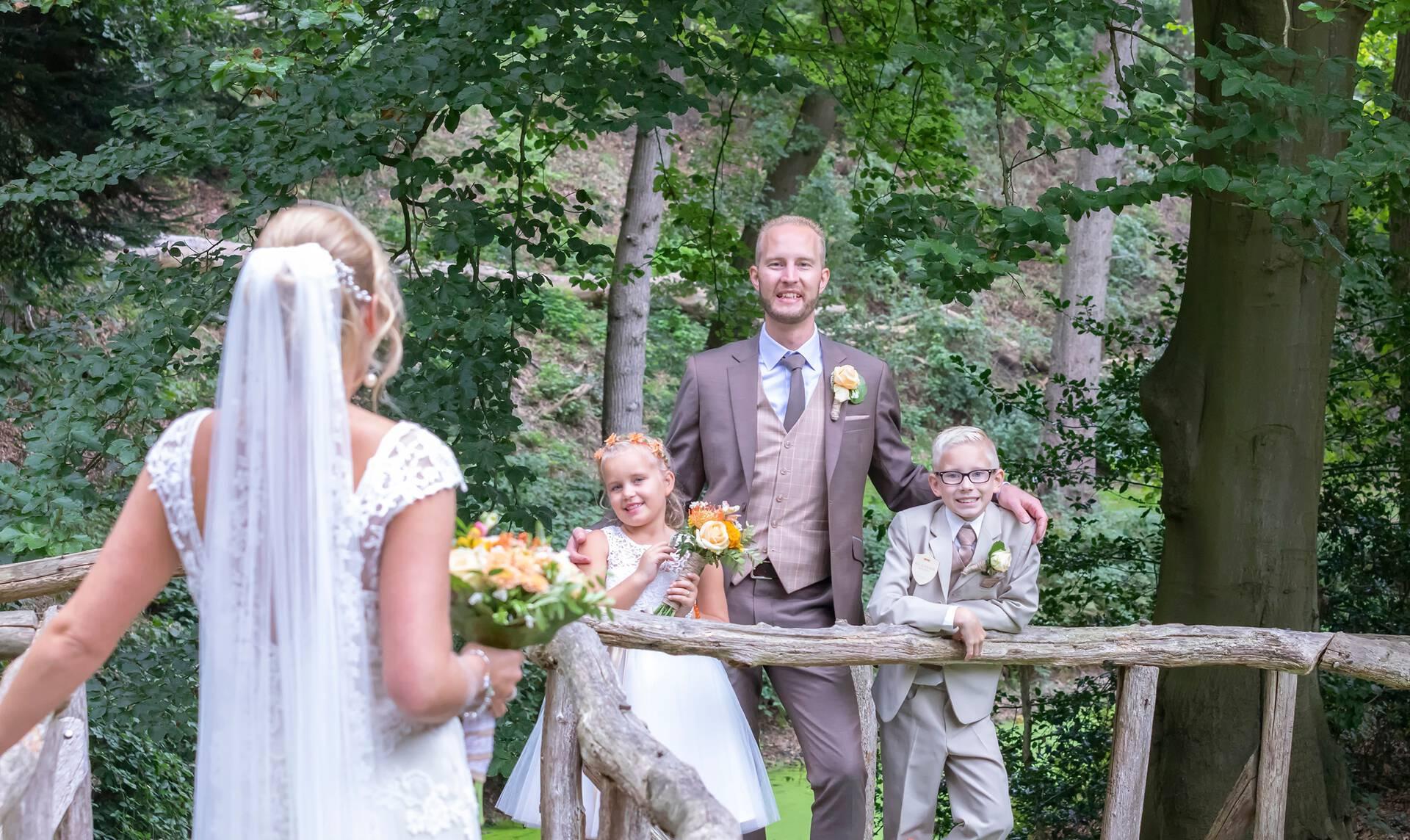 Eigentijds bruin trouwpak met geruite gilet
