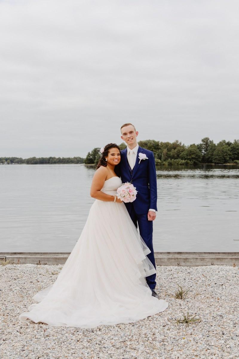 Shinen in een chic uniek donkerblauw trouwpak