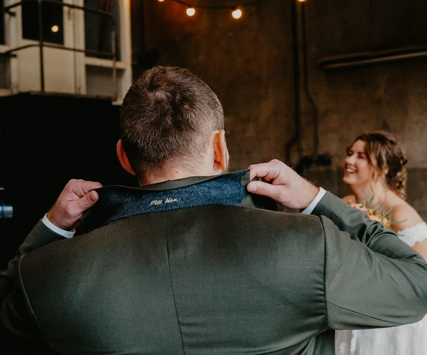 Groen trouwpak met anderskleurige gilet en details