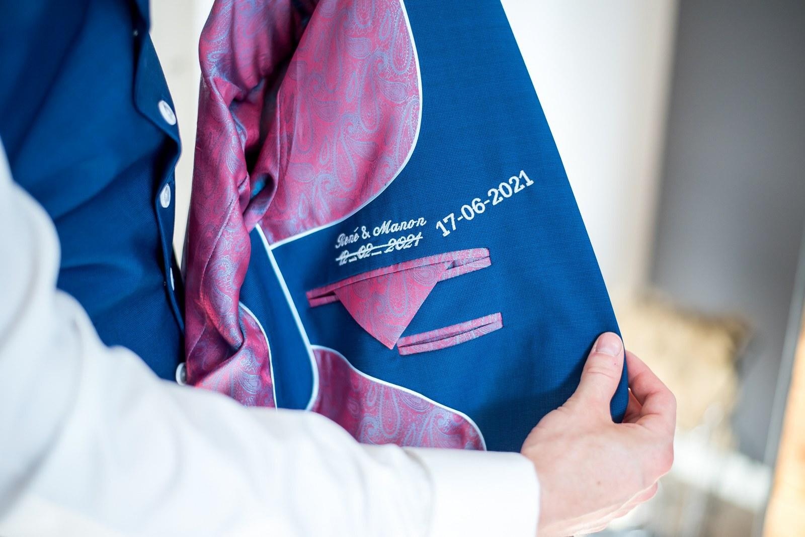 Blauw trouwpak met witte knopen en jacquard stropdas