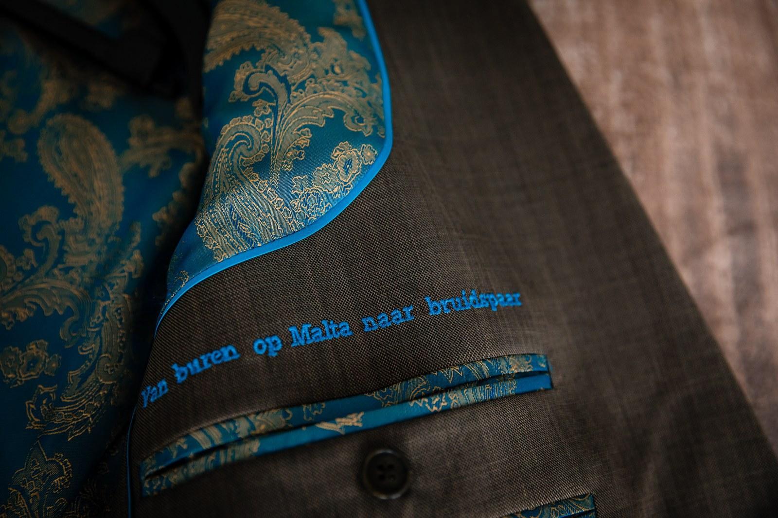 Groengrijs trouwpak met shiny turquoise stropdas
