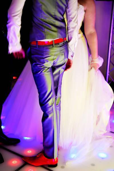 Voeg rood toe aan je trouwpak met accessoires