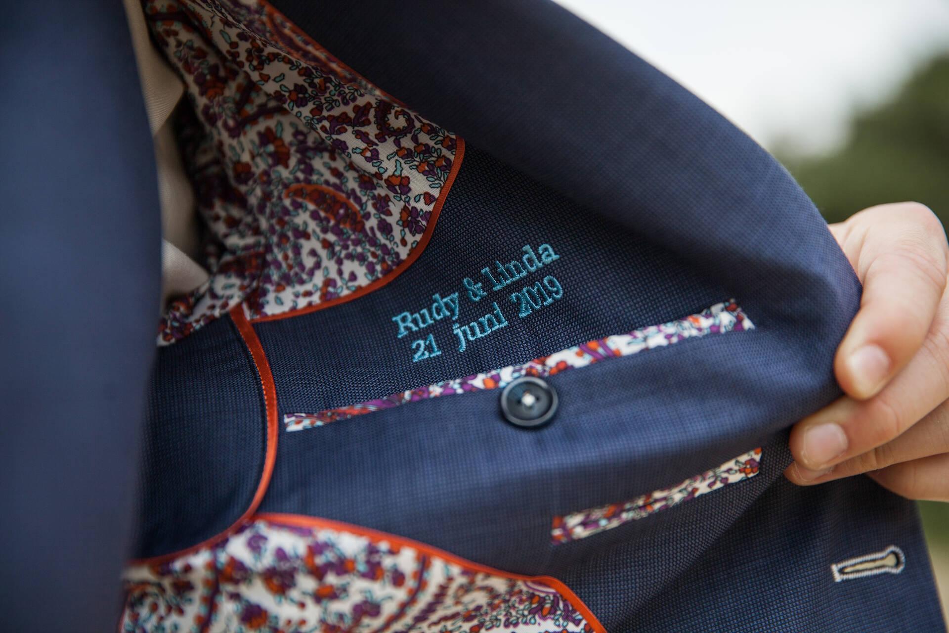 Bijzonder blauw trouwpak met mooie details